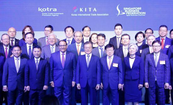 싱가포르를 국빈 방문 중인 문재인 대통령이 12일 오후 샹그리라 호텔 타워볼룸에서 열린 한-싱가포르 비즈니스 포럼에서 참석자들과 기념촬영을 하고 있다.  사진=연합뉴스