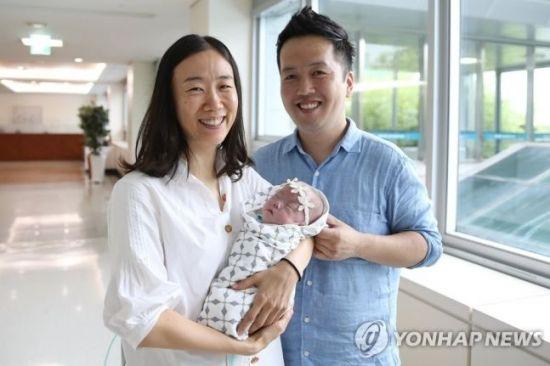 사진은 사랑의 퇴원에 활짝 웃는 엄마와 아빠. 사진=서울아산병원 제공(연합)