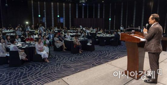 [포토] 여성경제포럼 참석한 홍영표 원내대표