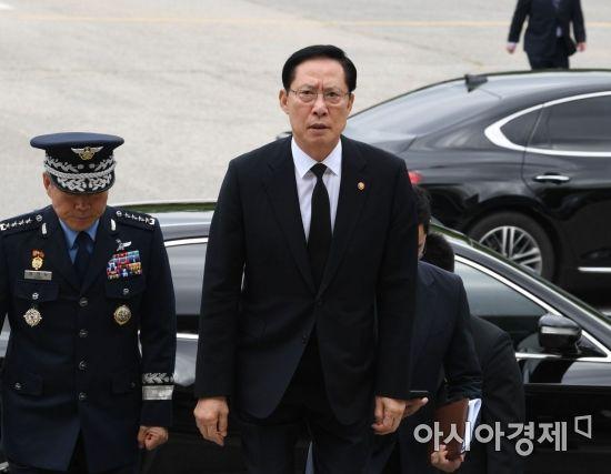 [포토]송영무 국방장관, 한미 6·25 전사자 유해 상호봉환 행사 참석