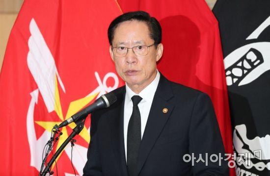 [포토]한미 6·25 전사자 유해 상호봉환 행사 참석한 송영무 국방장관