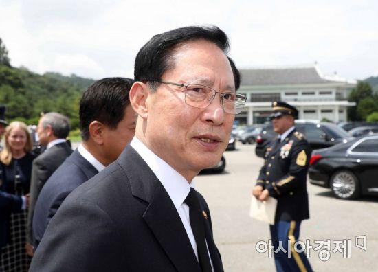 [포토]옅은 미소 보이는 송영무 국방장관