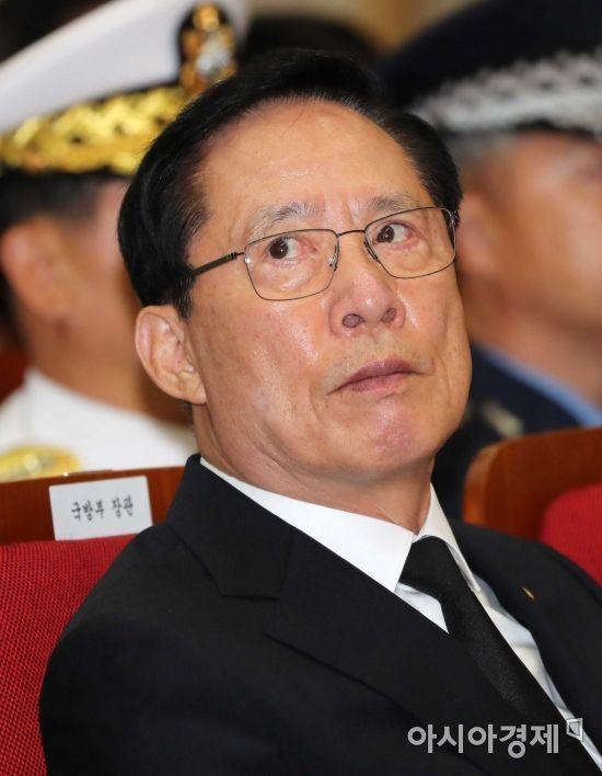 [포토]하늘 바라보는 송영무 국방장관