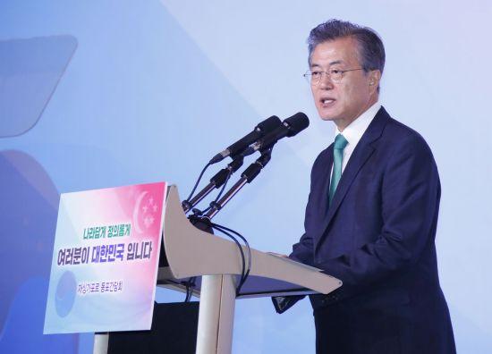 문재인 대통령이 싱가포르 국빈 방문 마지막 날인 13일 오후 싱가포르 호텔 아일랜드볼룸에서 열린 동포간담회에서 인사말하고 있다.  사진=연합뉴스