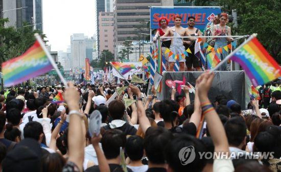 지난해 7월 15일 서울 중구 서울시청 앞에서 열린 제18회 퀴어문화축제 참가자들이 거리행진을 하고 있다.사진=연합뉴스