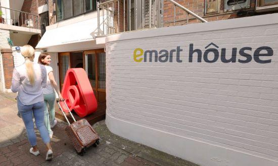 서울 연남동에 선보였던 이마트 하우스. 이마트와 에어비앤비가 함께 선보인 콘셉트하우스로 이마트에서 판매하는 제품을 사용해볼 수 있다.