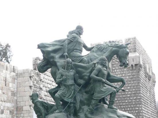 시리아 다마스커스에 위치한 살라흐 앗 딘 동상. 그는 12세기 말 이집트와 중동 일대에서 크게 활약한 전략가로 2차, 3차 십자군의 침공을 효과적으로 막아낸 뛰어난 군주로 알려져있다.(사진=위키피디아)
