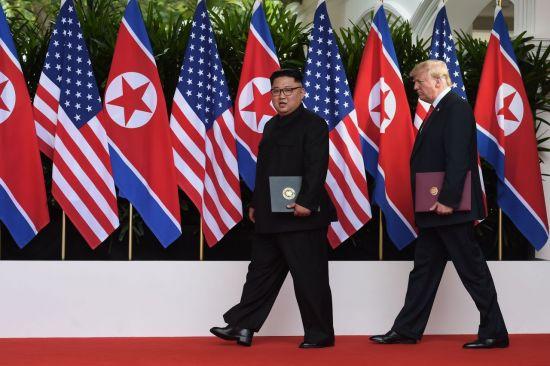 지난 6월12일 싱가포르 북미정상회담 후 미국 트럼프 대통령(오른쪽)과 북한 김정은 국무위원장이 공동성명 발표회장에 들어서는 모습. [이미지출처=연합뉴스]