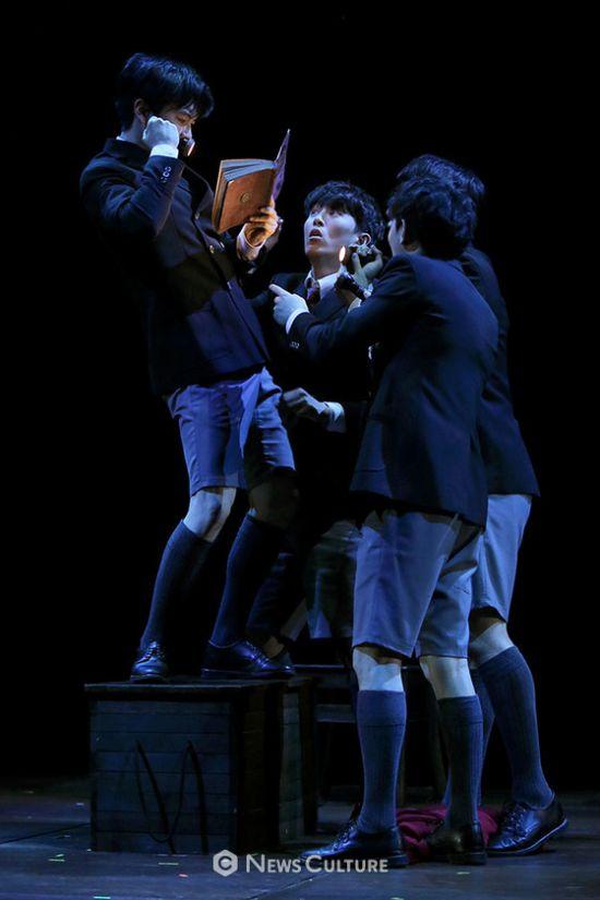 ▲ 연극 '알앤제이'(연출 김동연) 공연장면 중 학생들이 학생2(왼쪽, 강승호 분)의 말에 집중하고 있다.   ©이지은 기자