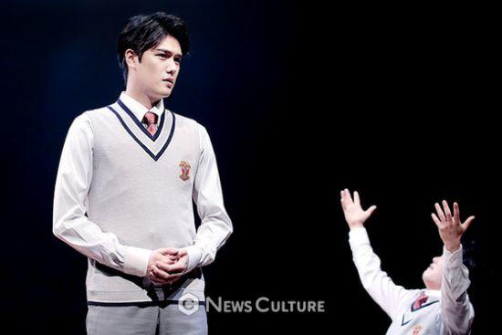 ▲ 연극 '알앤제이'(연출 김동연) 공연장면 중 학생2(윤소호 분).  ©이지은 기자