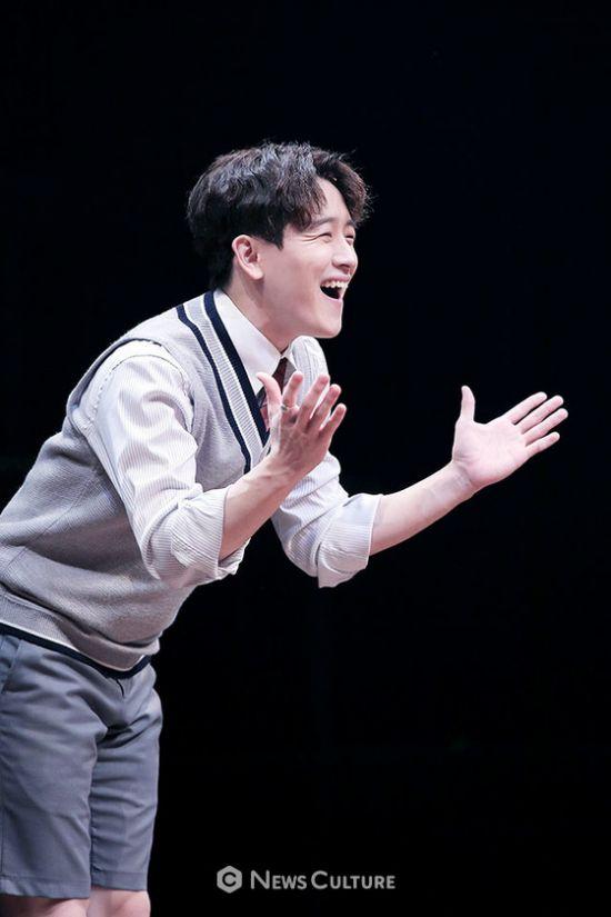▲ 연극 '알앤제이'(연출 김동연) 공연장면 중 학생3(강은일 분)이 웃고 있다.   ©이지은 기자