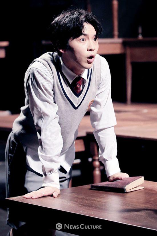 ▲ 연극 '알앤제이'(연출 김동연) 공연장면 중 학생2(강승호 분)가 놀라고 있다.   ©이지은 기자