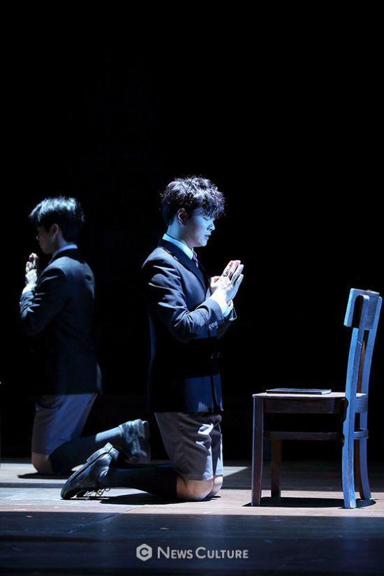 ▲ 연극 '알앤제이'(연출 김동연) 공연장면 중 학생4(송광일 분)이 기도하고 있다.   ©이지은 기자