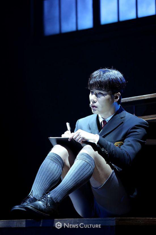▲ 연극 '알앤제이'(연출 김동연) 공연장면 중 학생1(문성일 분)이 편지를 쓰고 있다.   ©이지은 기자