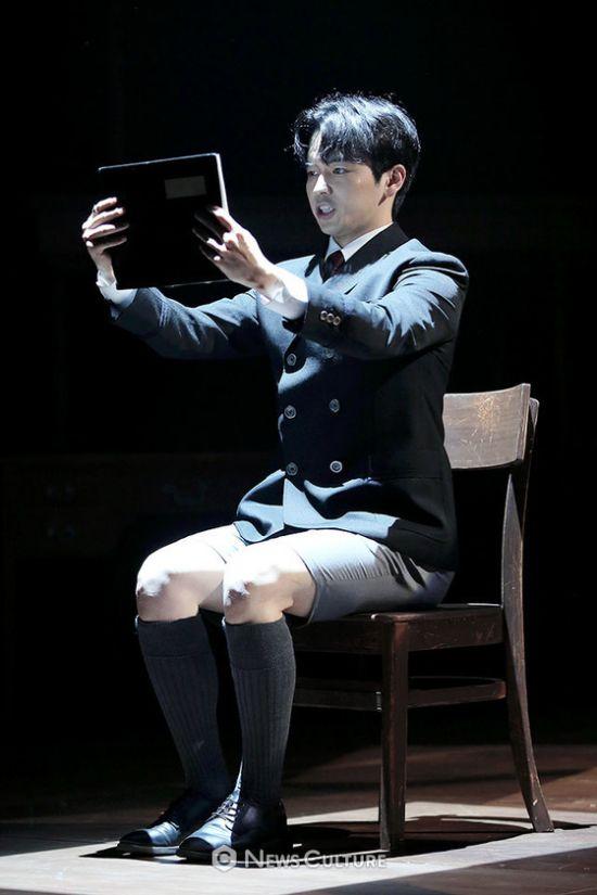 ▲ 연극 '알앤제이'(연출 김동연) 공연장면 중 학생2(강승호 분)가 책을 읽고 있다.   ©이지은 기자