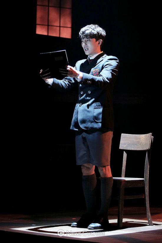 ▲ 연극 '알앤제이'(연출 김동연) 공연장면 중 학생3(손유동 분)가 책을 읽고 있다.   ©이지은 기자