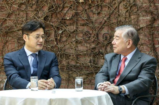 홍익표 더불어민주당 의원(왼쪽)과 문정인 대통령 통일외교안보 특보