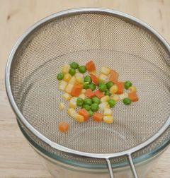 3. 혼합야채는 끓는 물에 살짝 데쳐 물기를 뺀다.