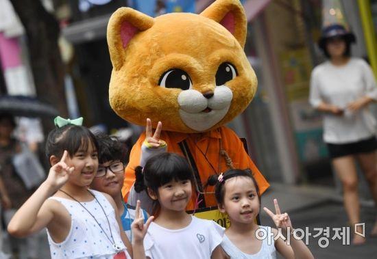 고양이 인형을 보고 반가워하는 관광객들의 미소는 무더위를 이겨내는 데 큰 힘이 된다. /문호남 기자 munonam@