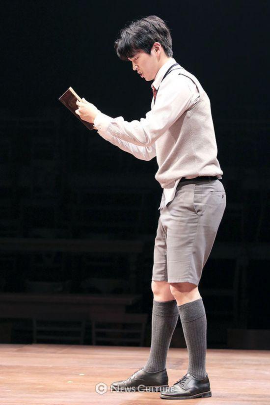 ▲ 연극 '알앤제이'(연출 김동연) 공연장면 중 학생2(강승호 분)가 책을 읽고 있다.   © 이지은 기자