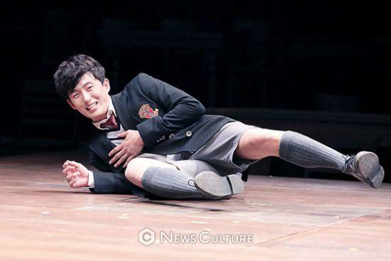 ▲ 연극 '알앤제이'(연출 김동연) 공연장면 중 학생3(손유동 분)이 넘어졌다.   © 이지은 기자