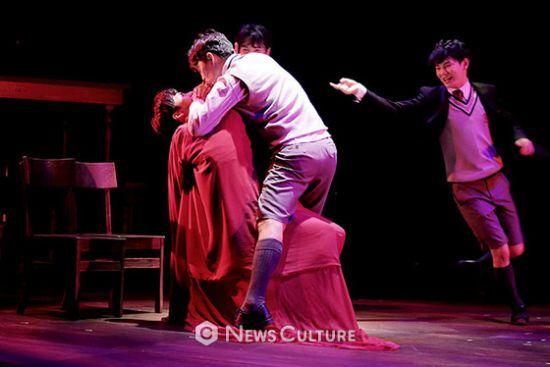 ▲ 연극 '알앤제이'(연출 김동연) 공연장면 중 학생3(가운데, 손유동 분)가 이야기를 재연하고 있다.   © 이지은 기자