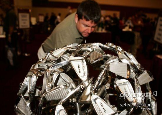 골프용품사들이 비거리 증가를 원하는 골퍼들의 심리를 이용해 아이언 로프트를 세워서 제작하고 있다.