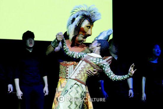 ▲ 뮤지컬 '라이온 킹'(연출 줄리 테이머) 인터내셔널 투어 프레스 컨퍼런스 중 장면 시연.   ©이지은 기자