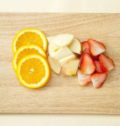 1. 오렌지는 껍질을 굵은 소금으로 문질러 씻어 동그랗게 자른다.사과는 흐르는 물에 씻어 껍질째 슬라이스하고 딸기도 슬라이스한다.