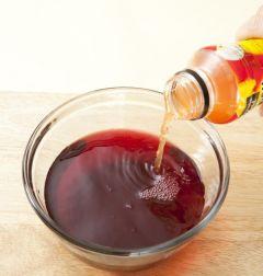 3. 레드 와인에 크랜베리 주스를 붓고 섞는다.
