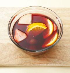 4. 준비한 과일을 넣어 섞은 후 차게 보관한다.