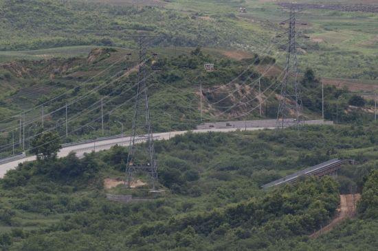 비무장지대(DMZ)에서 남한 파주와 북한 개성을 잇는 경의선 도로와 철로가 보이고 있다. 정전 65주년 여름 경기도 파주시 서부전선 DMZ. 2018.7.24 [이미지출처=연합뉴스]