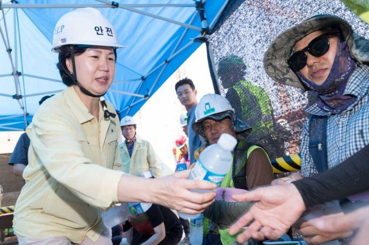 공사장 근로자들에게 얼음물을 건내는 김수영 양천구청장