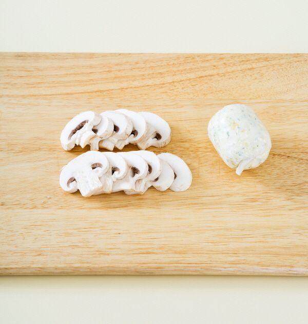 1. 양송이버섯은 슬라이스하고 버터는 부드럽게 풀어 다진 마늘과 파슬리 가루를 넣어 섞는다. (Tip 마늘 버터는 둥글게 뭉쳐 랩에 싸서 냉장고에 차게 보관한다. 버터가 굳어지면 얇게 잘라서 사용할 수 있다. )