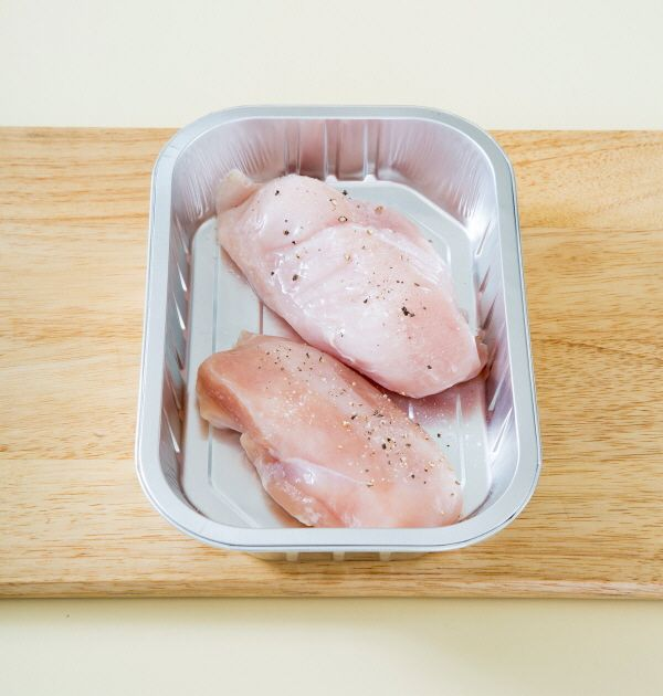 2. 오븐용기에 닭 가슴살을 얹고 소금과 후춧가루를 뿌린 다음 양송이버섯을 얹는다.