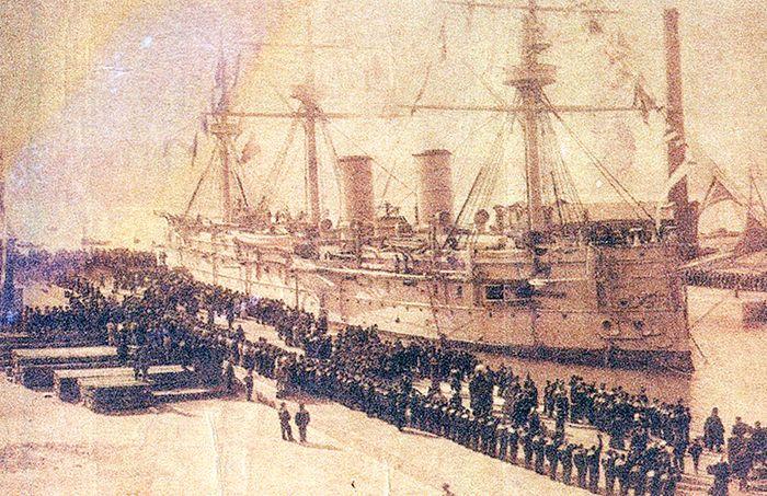돈스코이호 출항 당시 모습. 돈스코이호가 속했던 러시아 함대는 당시 운항 수심 한계로 인해 수에즈운하를 통과하지 못하고 아프리카를 돌아 2만9000킬로미터 이상을 항해, 동아시아 해안에 왔으며, 이로 인해 전투능력이 크게 저하돼 일본 연합함대에 참패하게 됐다.(사진=연합뉴스)
