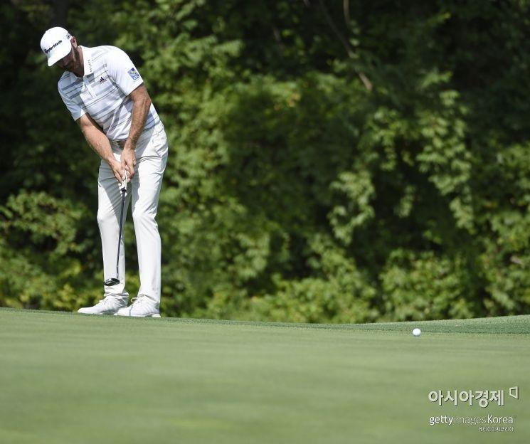 세계랭킹 1위 더스틴 존슨이 PGA챔피언십을 앞두고 연습라운드 도중 '승부처' 17번홀에서 퍼팅을 하고 있다.  세인트루이스(美 미주리주)=Getty images/멀티비츠
