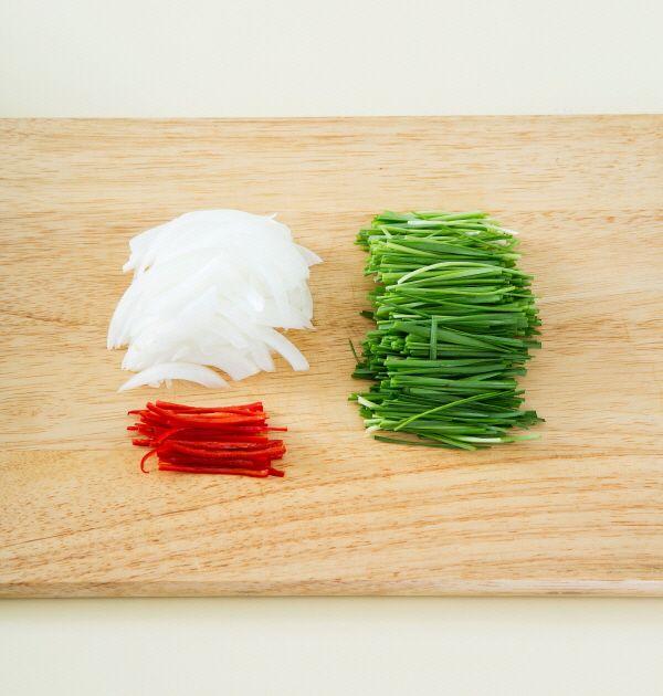 3. 양파와 홍고추는 채 썰고 부추는 먹기 좋게 썬다.