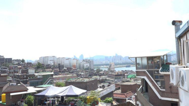 보광동은 재개발을 앞둔 허름한 구도심이지만 풍광이 빼어난 곳입니다. 고지대인 우사단길의 어느 평범한 집 옥상에서 바라보는 한강의 노을은 서울에서 가장 아름다운 풍경 중 하나입니다. [사진=천지민PD]