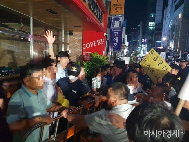 김경수 경남도지사 소환조사가 있는 10일 새벽 특검 사무실 앞에서 김 지사 지지자와 보수단체 회원들의 충돌이 벌어졌다./이기민 기자 victor.lee