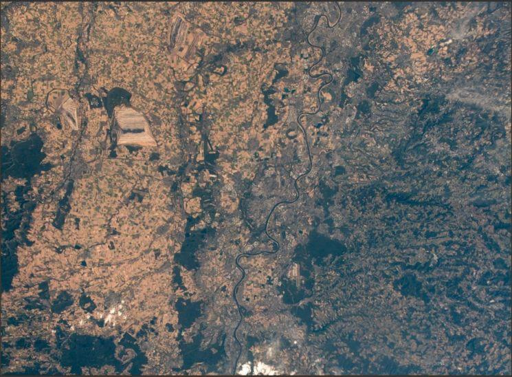 독일의 우주인 알렉산더 거스트가 지난 6일 트위터를 통해 공개한 우주에서 바라본 유럽 풍경. 거스트에 따르면 과거 녹색이었던 이곳이 지금은 갈색을 띠고 있다.