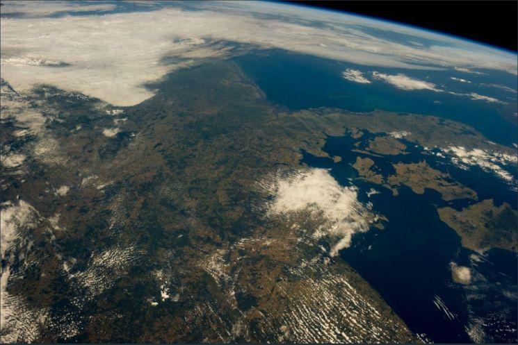 독일의 우주인 알렉산더 거스트가 8일 트위터를 통해 공개한 2014년 여름 우주에서 본 유럽 풍경. 올해 여름과 달리 이 시기 우주에서 본 유럽은 푸른빛이었다.