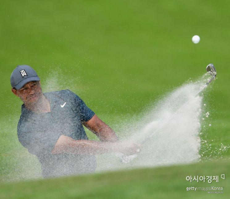 타이거 우즈가 100번째 PGA챔피언십 첫날 4번홀에서 벙커 샷을 하고 있다. 세인트루이스(美 미주리주)=Getty images/멀티비츠