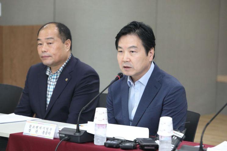 홍종학 중소벤처기업부 장관이 한국외식업중앙회와의 '최저임금 현장소통 간담회'에서 발언하고 있다.