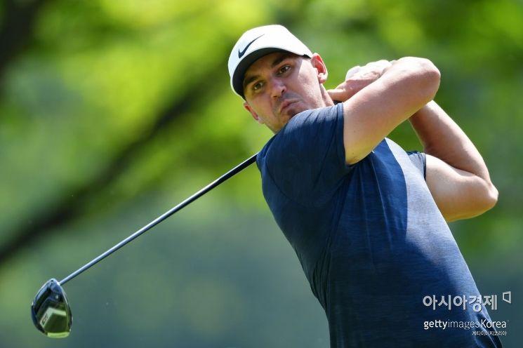 브룩스 켑카가 100번째 PGA챔피언십 둘째날 7번홀에서 티 샷을 하고 있다. 세인트루이스(美 미주리주)=Getty images/멀티비츠