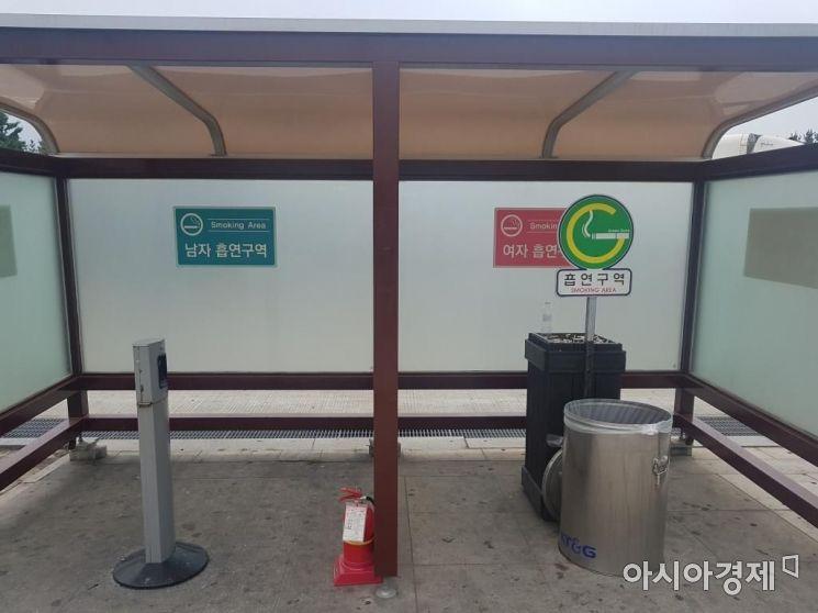 전국 고속도로 휴게소에 설치된 여성 흡연구역. 사진=온라인 커뮤니티 캡쳐