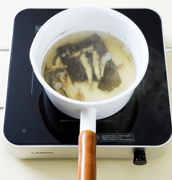 2. 냄비에 물 5컵, 다시마, 국물용 멸치를 넣고 끓인다. 10분 정도 끓이다가 다시마와 멸치를 건져낸다.