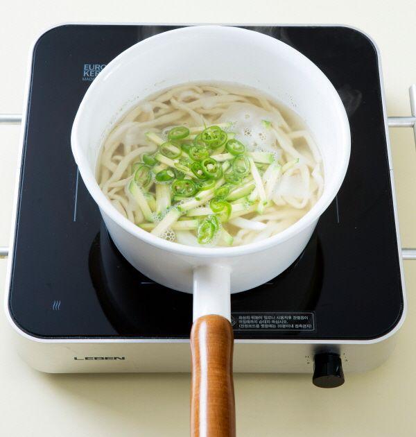 4. 애호박, 양파, 청양고추를 넣어 2분 정도 끓여 그릇에 담는다. 김가루와 깨소금을 뿌린 다음 분량의 양념장 재료를 섞어 곁들인다. (간장 2, 고춧가루 0.5, 참기름 1, 깨소금 1, 송송 썬 실파 2)