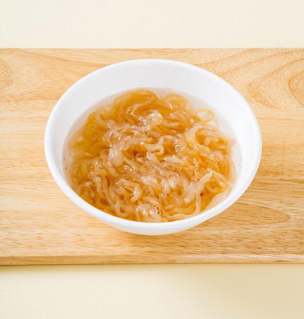 3. 해파리는 체에 담아 끓는 물을 부은 다음 찬물에 헹군다. 분량의 식촛물에 1시간 정도 담가둔다. (물 2컵, 식초 3, 설탕 2)