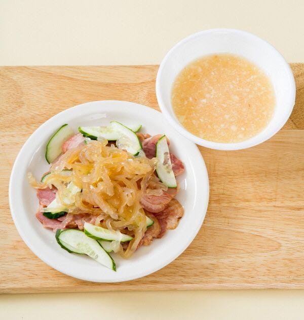 4. 접시에 족발, 오이, 해파리를 먹음직스럽게 담고 마늘 소스를 듬뿍 뿌리거나 곁들인다.